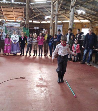 Comunidade escolar foi envolvida em atividades lúdicas que propagaram a cultura gaúcha