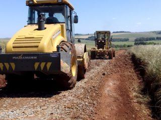 Secretaria de Obras de Ernestina revitaliza estrada na Coxilha Seca