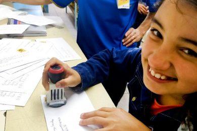 Por dentro dos Correios: estudantes conhecem funcionamento de agência em Passo Fundo