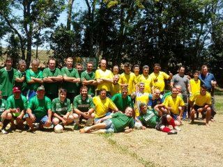 Prefeito Nico acolhe visitantes em jogo festivo no Reassentamento 25 de Julho