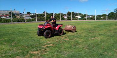Nesta etapa da obra, a equipe trabalha na qualidade do gramado