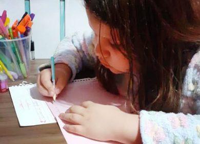 Estudantes recebem atividades para realizar em casa