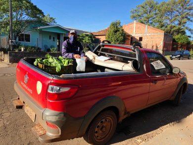 O produtor Lucas Luiz da Costa entrega produtos frescos em domicílio