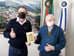 """Padre Adalíbio presenteia prefeito Nico com novo livro """"E a estaca brotou e floriu"""""""