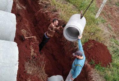 Tubulação do sistema de drenagem pluvial é instalada na rua Ernesto Goedel