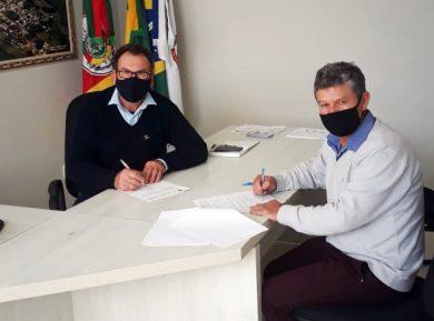 Prefeito Nico assina contrato com a empresa responsável pela obra