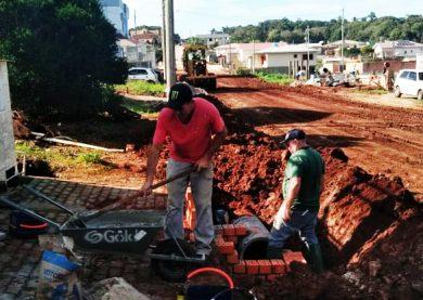 Equipe dos Serviços Urbanos instala tubulação para drenagem pluvial
