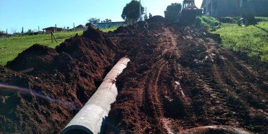 Equipe trabalha na instalação do sistema de drenagem pluvial na rua