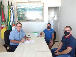 Prefeito Nico assina aditivo para pavimentação de duas novas ruas em Ernestina