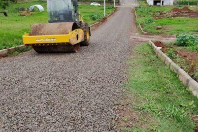 Novas ruas recebem melhorias com empedramento
