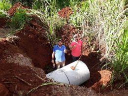 Secretarias de Obras e Urbanos realizam serviços de reparos e colocação de tubos de bueiros no interior