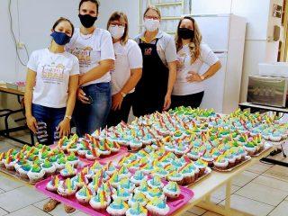 Cupcakes de aniversário são confeccionados pelo CRAS para comemorar 33 anos de Ernestina